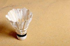 在沙子的集合胆怯shuttlecock,羽毛球比赛的 库存照片