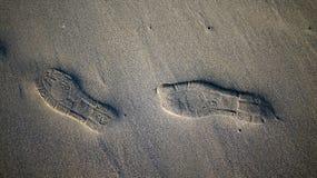 在沙子的鞋子步 免版税库存照片