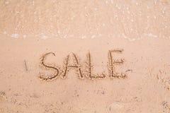 在沙子的题字:销售 图库摄影