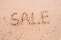 在沙子的题字:销售 免版税图库摄影