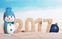 在沙子的题字2017年,雪人,圣诞节球 免版税库存图片
