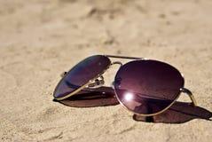 在沙子的玻璃 免版税库存图片