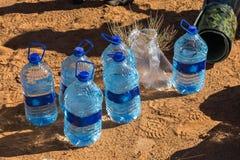 在沙子的水瓶 库存图片