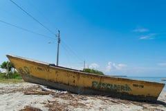 在沙子的黄色小船 库存图片
