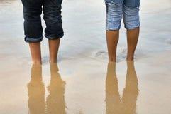 在沙子的Barefeet在海滩 库存照片