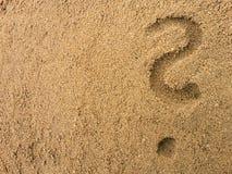 在沙子的Questionmark 库存照片