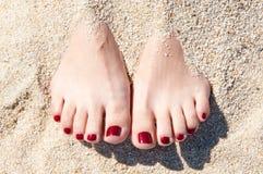 在沙子的Womans英尺 库存图片