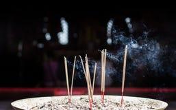 在沙子箱子的灼烧的香火 图库摄影