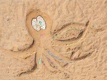 在沙子背景-储蓄照片的海滩章鱼 库存照片