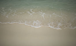 在沙子跑的波浪,热带 库存照片