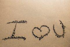 在沙子雕刻的爱 免版税库存图片