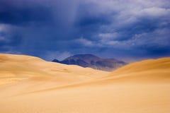 在沙子雷暴的沙丘 库存图片