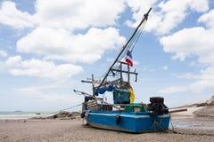在沙子靠岸的老渔船 免版税图库摄影