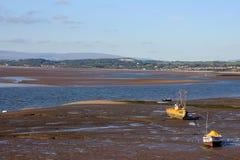 在沙子,低潮的小船,看往Hest银行 免版税图库摄影