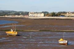 在沙子,低潮,沿海岸区莫克姆的小船 免版税库存图片