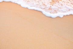 在沙子,橙色颜色口气的移动的波浪 免版税库存照片