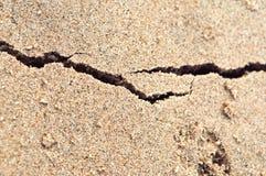 在沙子,海沙,岸沙子的裂缝,上色了沙子 库存照片