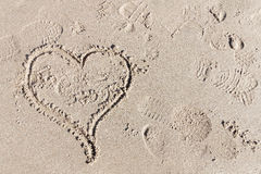 在沙子,爱的标志的牡鹿 库存图片