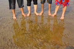 在沙子,纳加奥恩海滩的湿脚 免版税库存图片