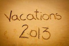 在沙子2013年写的假期-在海滩 免版税库存照片