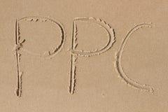 在沙子P P C画的信件 库存照片