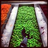 在沙拉柜台的豌豆 图库摄影