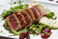 在沙拉的开胃有一点烤金枪鱼 免版税库存图片