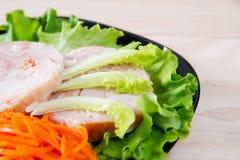 在沙拉的鸡肉卷 免版税库存照片