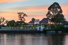 在沙捞越河的北岸宫殿阿斯塔纳日落的 库存图片
