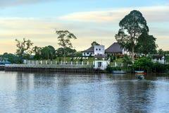 在沙捞越河的北岸宫殿阿斯塔纳日落的 库存照片