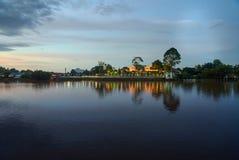 在沙捞越河的北岸宫殿阿斯塔纳日落的 免版税库存图片