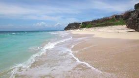 在沙滩和天蓝色的海洋上的低飞行 影视素材