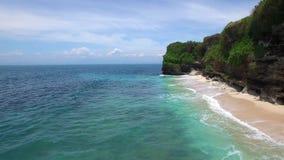 在沙滩和天蓝色的海洋上的低飞行 股票视频