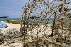 在沙滩的传统渔夫小船 明亮的晴天和蓝天背景 库存照片