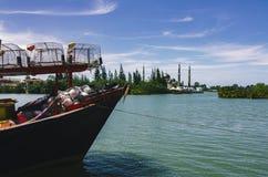在沙滩的传统马来西亚渔夫小船 库存图片