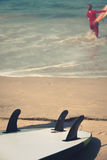 在沙滩的冲浪板与surder在背景中 图库摄影