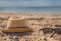 在沙滩的太阳镜在一个夏天 库存照片