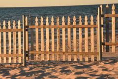 在沙滩的尖桩篱栅 库存图片