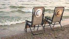 在沙滩的方格的轻便折叠躺椅 股票录像