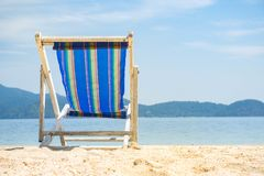 在沙滩的椅子在寻找蓝色海,放松概念的晴天 免版税库存照片