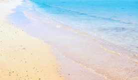 在沙滩的海波浪 免版税库存照片