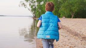 在沙滩的男孩奔跑沿海岸线夏日 影视素材