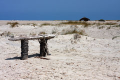 在沙滩的粗暴长凳 库存图片