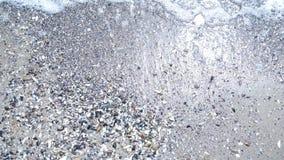 在沙滩的顶视图波浪 股票视频