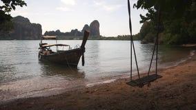 在沙滩附近的长尾巴小船与摇摆 影视素材