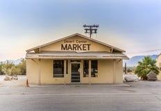 在沙漠中心,美国小村庄的闭合的超级市场  免版税库存图片