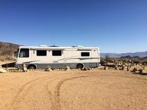 在沙漠中间的Motorhome arizonian 美国 库存照片