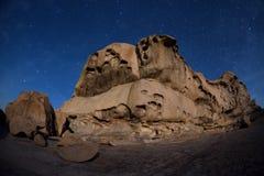 在沙漠山的夜 库存照片