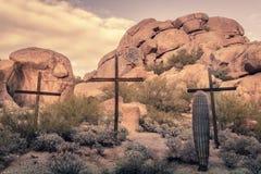 在沙漠岩石冰砾locatio的十字架 图库摄影