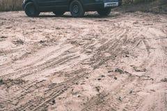 在沙漠徒步旅行队期间的未认出的越野车-葡萄酒f 库存图片